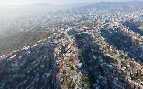 """Caracas, Barrio San Augustin,  immagine dall'alto: «una casa grande come una montagna» (U-TT). Al centro dell'immagine si vede la stazione realizzata: """"La Ceiba"""" della Metro Cable System di Urban ThinkTank  ©immagine Iwan Baan per Urban ThinkTank"""