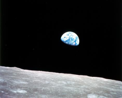 "Earthrise, 1968. Fotografia di William Anders (Apollo 8), durante la prima missione umana sulla Luna. Uno degli astronauti, in particolare Jim Lovell, disse ""The vast loneliness is awe-inspiring and it makes you realize just what you have back there on Earth."" (La vasta solitudine è maestosa e ti fa rendere conto di quello che hai laggiù sulla Terra)."