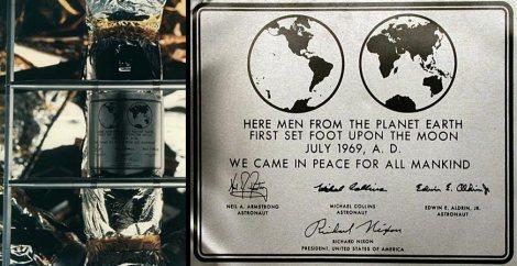 """Placca agganciata al modulo lunare Apollo 11 La fotografia rappresenta la placca in alluminio, agganciata al modulo lunare Apollo 11. Iscrizione: """"Qui uomini dal pianeta Terra per primi misero piede sulla Luna Luglio 1969 d.C. Venimmo in pace per tutta l'umanità."""" La placca è firmata dai tre membri dell'equipaggio di Apollo 11 e da Richard Nixon. (fonte immagine: https://it.wikipedia.org/wiki/Apollo_11 )"""