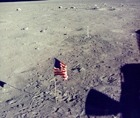 La foto rappresenta la bandiera americana sul suolo lunare. (fonte immagine: http://history.nasa.gov/ap11ann/kippsphotos/apollo.html NASA Image ID num. AS11-37-5480)