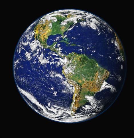 """Foto della terra, da una distanza di circa 45 000 km, scattata il 7 dicembre 1972 dall'equipaggio dell'Apollo 17 e conosciuta con il titolo di """"Blue Marble"""", By NASA/ GSFC/ NOAA/ USGS [Public domain], via Wikimedia Commons"""